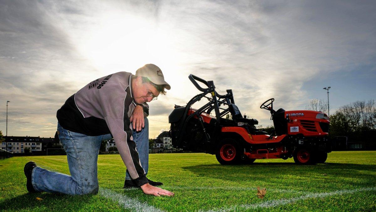 Jörg Niggemann kniet auf dem neuen Rasen - Foto aus der NRZ